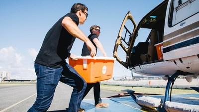 El personal de Direct Relief carga medicamentos e insumos críticos en un helicóptero en San Juan tras el huracán María en 2017. Los medicamentos se destinaron al Centro de Salud ProMed en la isla de Vieques. (Foto de Donnie Hedden para Direct Relief)