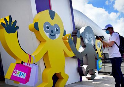"""Participantes fotografiando a """"Yuanxiao"""", la mascota de la CICPE, en el Centro Internacional de Convenciones y Exposiciones de Haikou (PRNewsfoto/The Hainan International Economic Development Bureau)"""