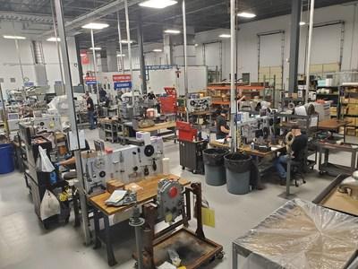 Los empleados de Keystone Turbine Service trabajan en piezas y ensamblaje de motores.